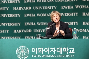 Ewha awards 'distinguished honorary Ewha fellow' to President Fa
