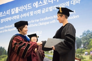 Ewha Awards Kersti Kaljulaid, President of Estonia, an Honorary